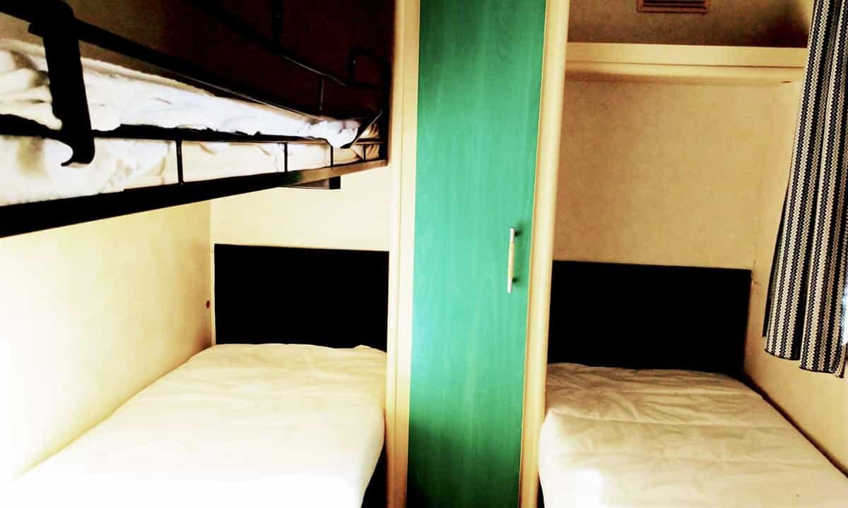 Habitación con tres camas de la Mobil Home Shelbox Classic. Plot 21
